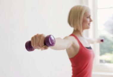 упражнения с гантелями для грудных мышц для девушек