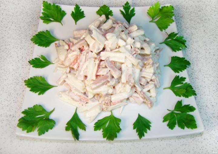Салат с крабовыми палочками и кальмарами для Атаки