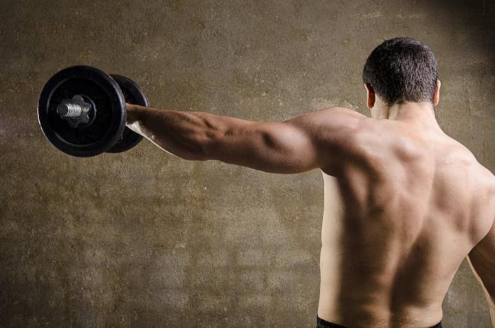 Как накачать плечи 7 лучших комплексов упражнений на плечи в зале и дома